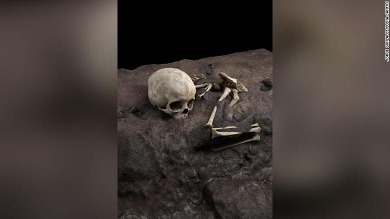 Zbulohet varri me i vjetër në Afrikë: Brenda ishte një vogëlush me një jastëk