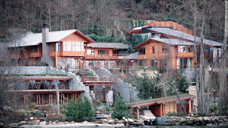 Brenda shtëpisë madhështore të Bill dhe Melinda Gates në breg të liqenit