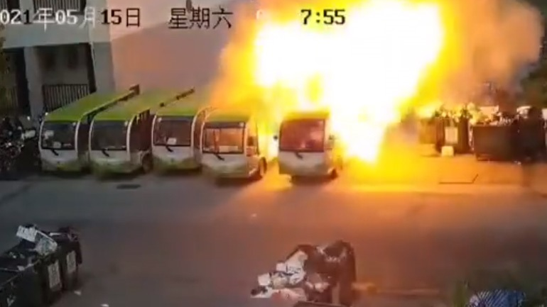 Tym dhe flakë, autobusi elektrik shpërthen papritur në parkim