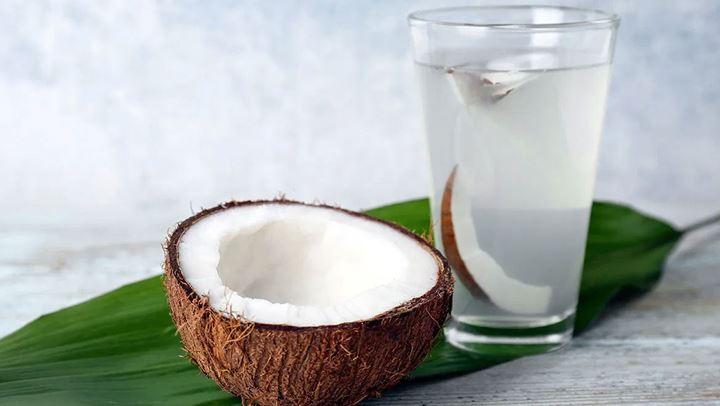 Pse duhet të përfshini ujë kokosi në dietën tuaj