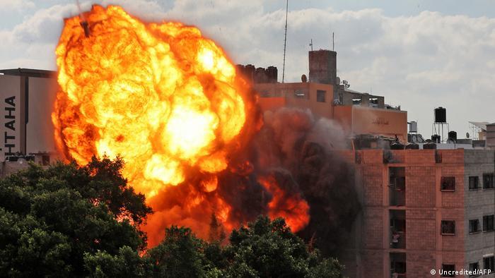Izraeli bombardon bazën e Hamasit në Rripin e Gazës