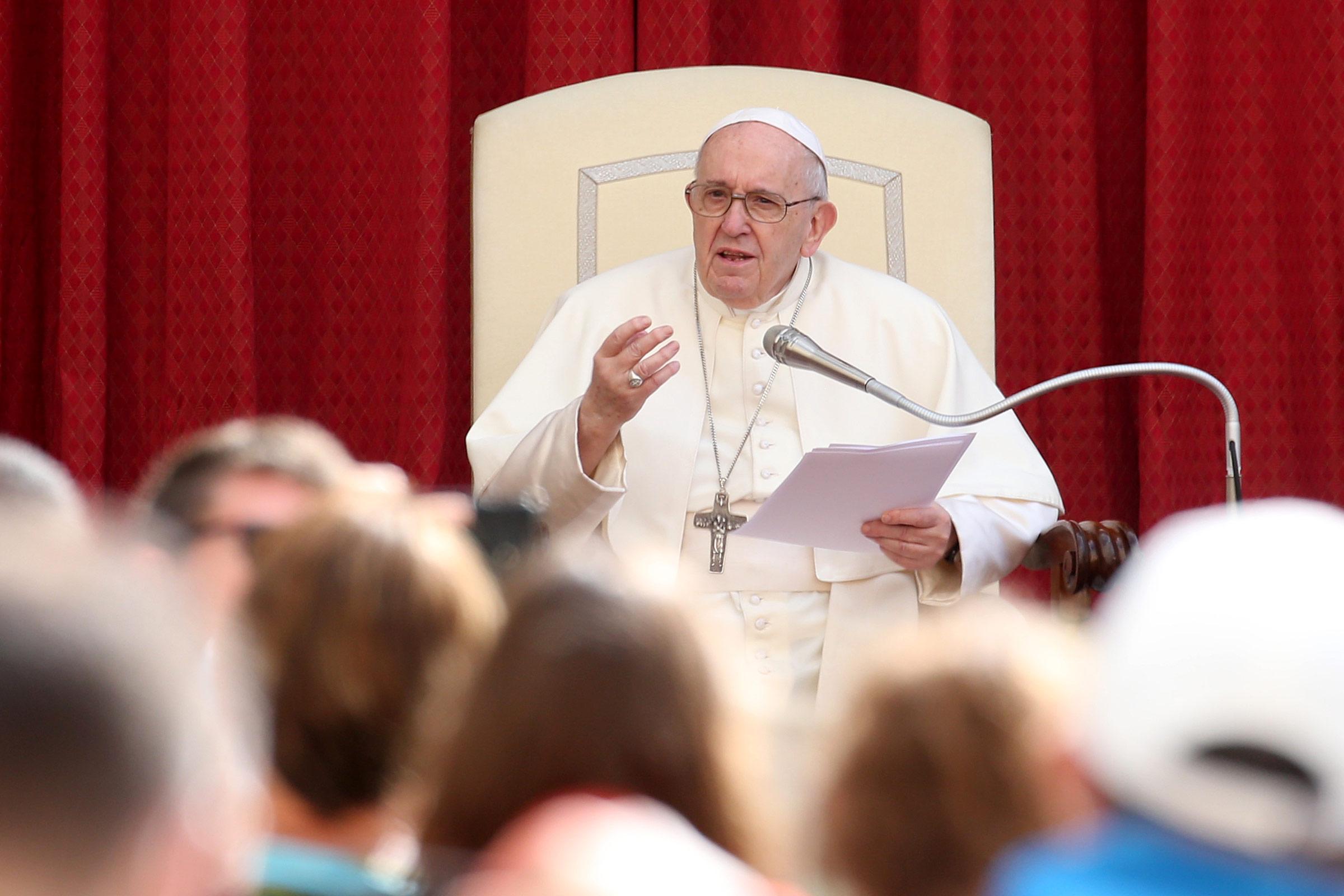 Për herë të parë në 6 muaj, Papa Françesku takohet me besimtarët ballë për ballë