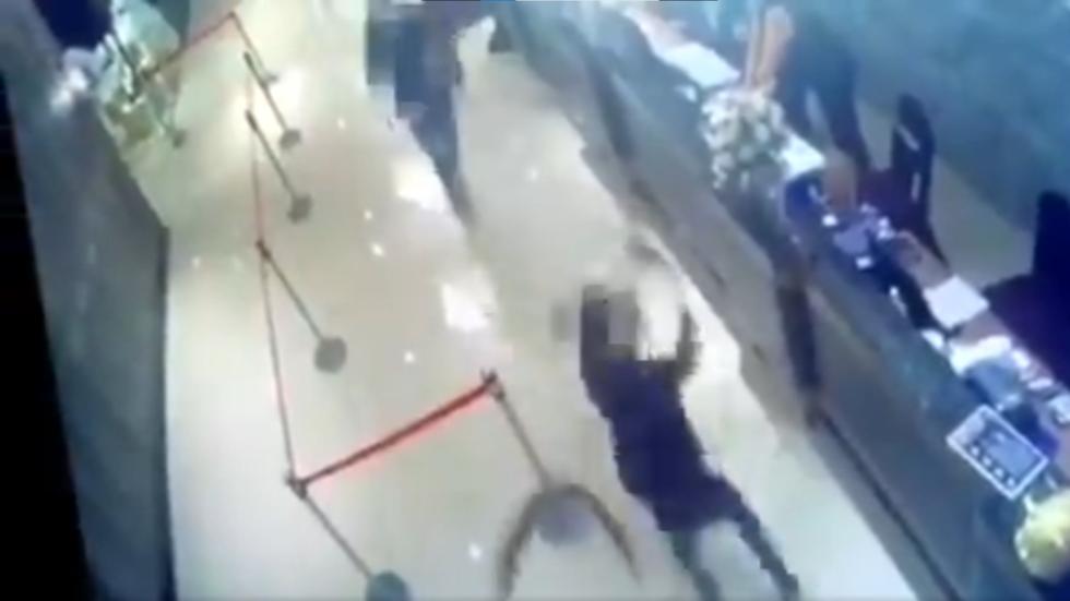 Hakmarrje ndaj pronarit, restoranti në Tajvan sulmohet nga një mijë buburreca