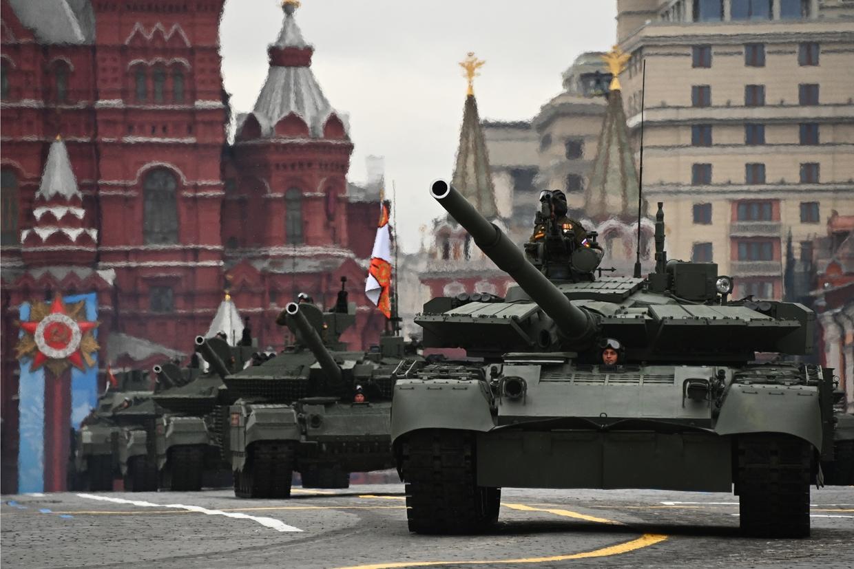 Rusia tregon forcën, mijëra ushtarë dhe mjete luftarake pushtojnë sheshin e Moskës