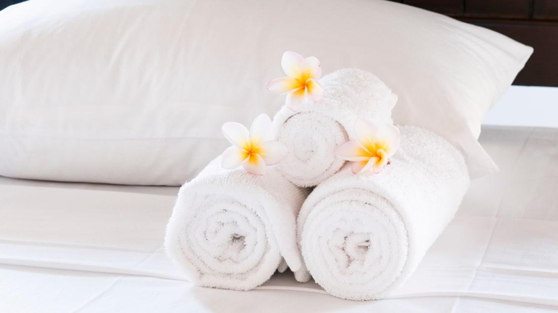 Arsyeja pse çarçafët dhe peshqirët e hotelit janë pothuajse gjithmonë të bardhë