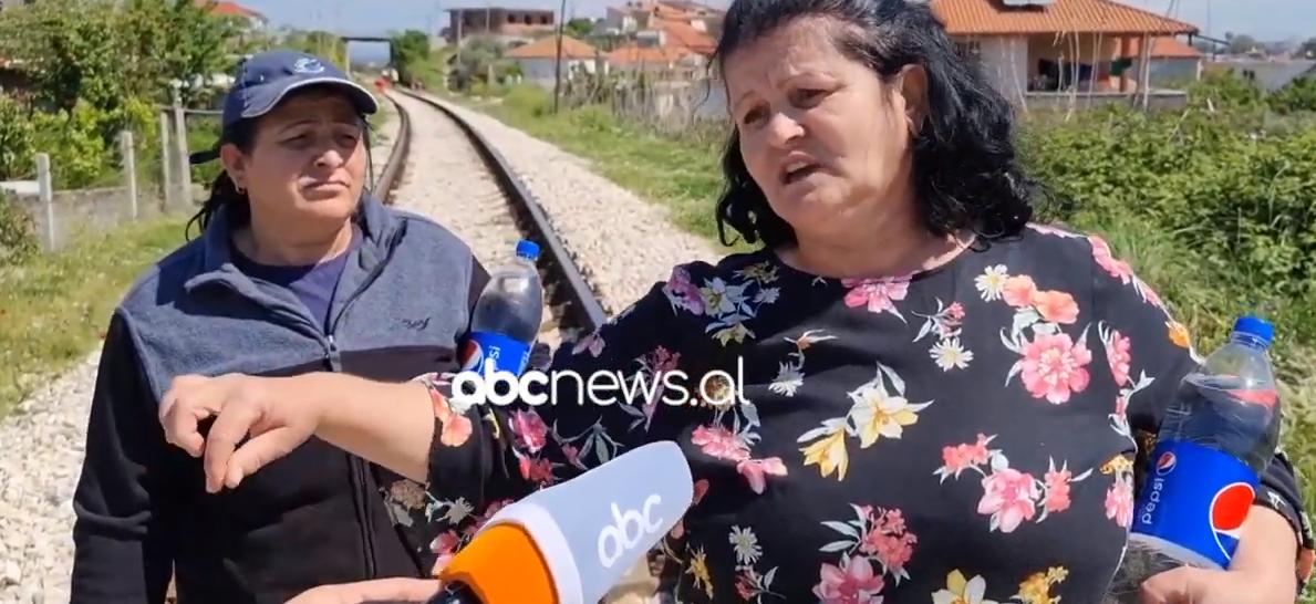 Hekurudha në Fier ndan në mes fshatin, banorët të frikësuar: Na rrezikohen fëmijët