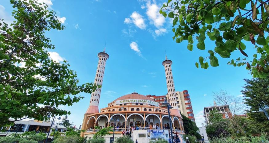 Eid al-Fitr, Muslim in Albania fill squares and mosques