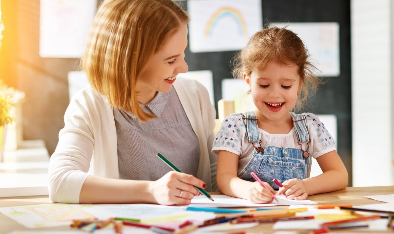 Pse është e rëndësishme që prindërit të luajnë me fëmijët e tyre kur të kthehen në shtëpi nga puna?
