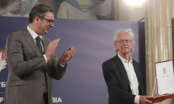 Vuçiç dekoron me medaljen e lartë Peter Handke, adhuruesin e Millosheviçit