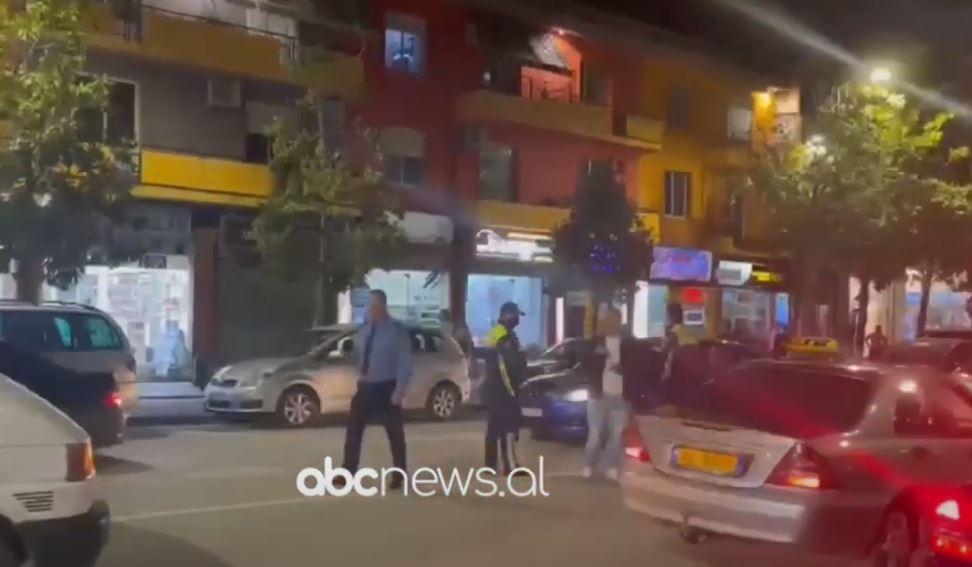 Aksident në Fier, automjeti përplas nënën me dy fëmijët e mitur