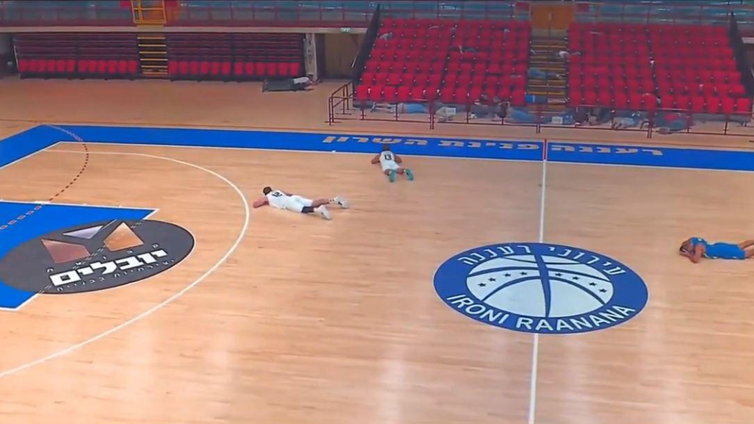 VIDEO/ Alarm për bombë gjatë ndeshjes, basketbollistët shtrihen në parket