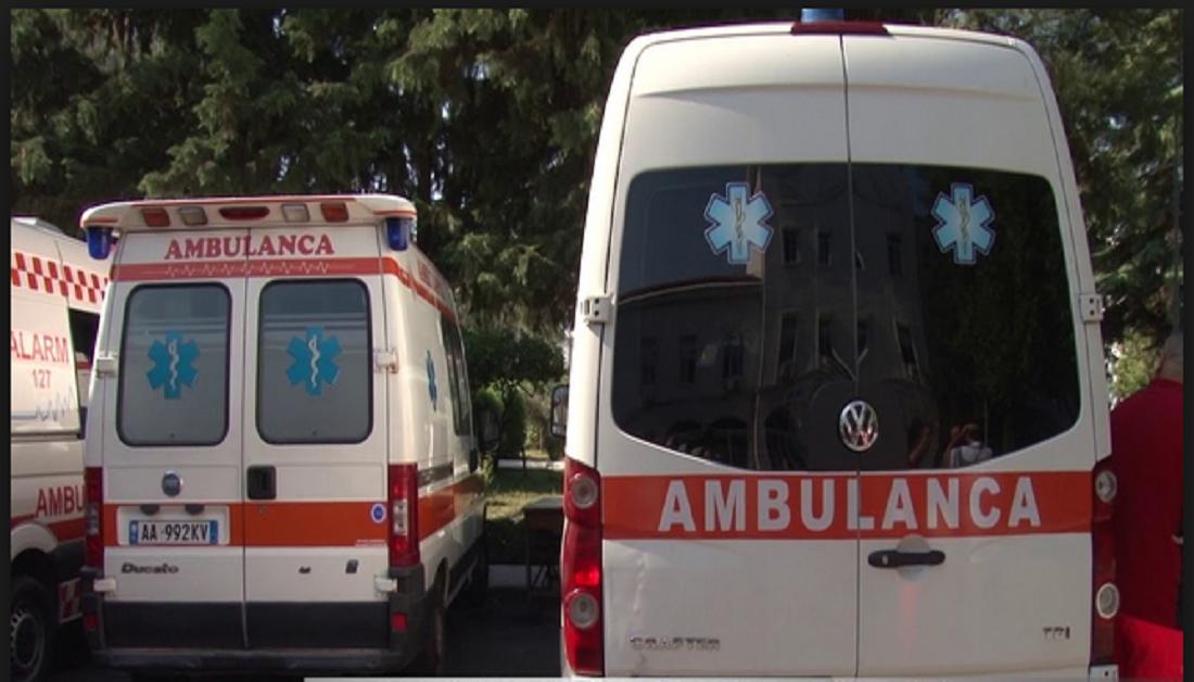 Godasin njëri-tjetrin me sëpatë, dy kushërinjtë në Belsh përfundojnë në spital