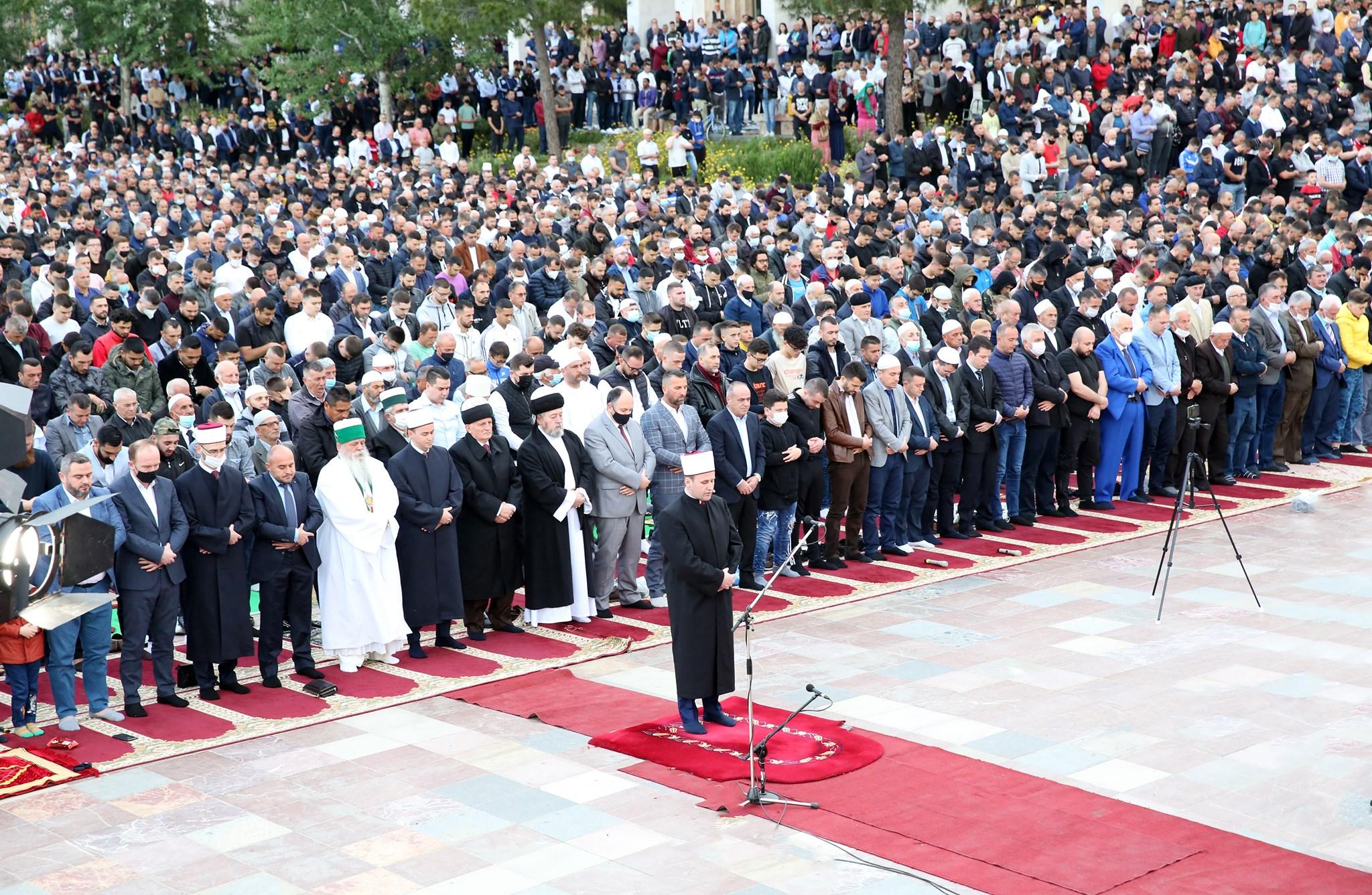 """Myslimanët kremtojnë sot Fiter Bajramin, mijëra besimtarë mbushin sheshin """"Skënderbej"""""""