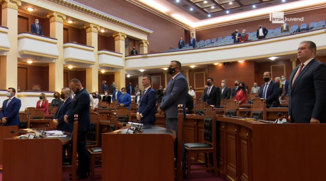 Deputetët mbajnë 1 minutë heshtje për ndarjen nga jeta të Bashkim Finos