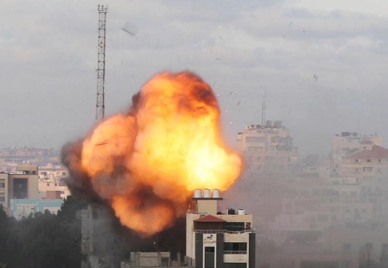 Vijojnë sulmet ajrore të Izraelit mbi Gaza në orët e para të së martës