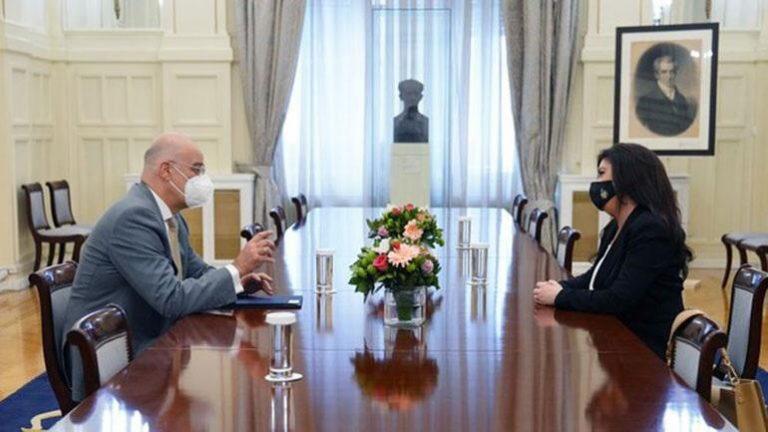 Dendias takohet me ambasadoren e Shqipërisë, në fokus marrëdhëniet midis dy vendeve