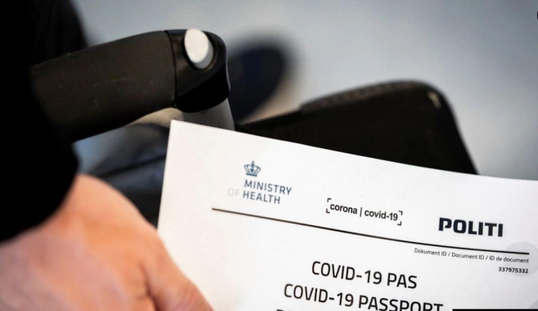 Si do të funksionojnë pasaportat e vaksinave për udhëtimet globale?