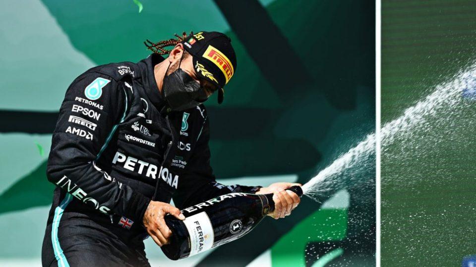 """Formula 1: Hamilton """"mbret"""" në Portugali, Verstappen nuk i ndahet"""