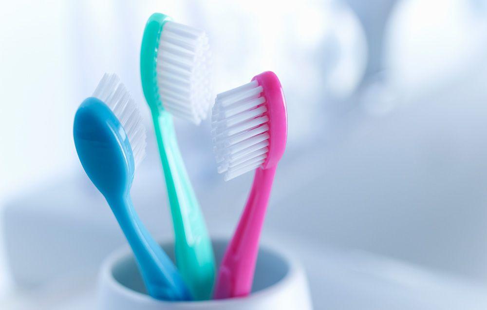 Mos i hidhni furçat e dhëmbëve!