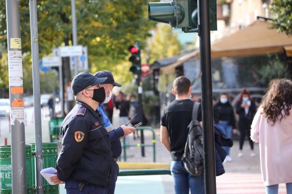 Çfarë ndodh me maskën dhe orën policore? Masat e reja anti-COVID që futen sot në fuqi