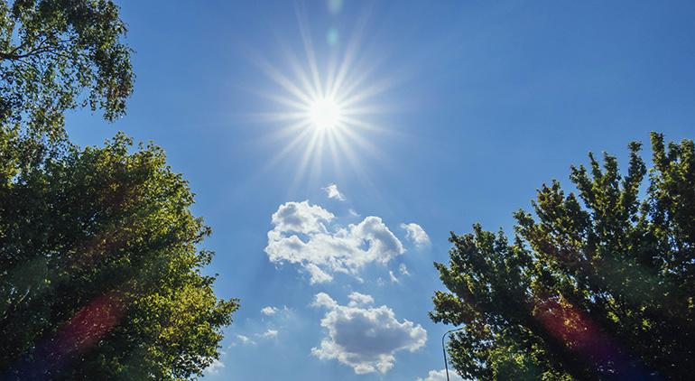 Kthjellime dhe temperatura të larta, si parashikohet moti sot