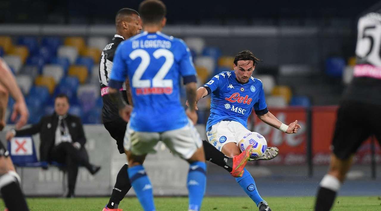 """VIDEO/ Napoli keqtrajton Udinesen, """"manita"""" i ngjit në vendin e dytë"""