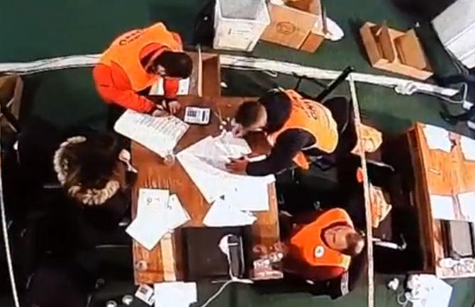 """""""Vendosen X sipas dëshirës"""", VV denoncon manipulimin e fletëve të votimit në Tepelenë"""