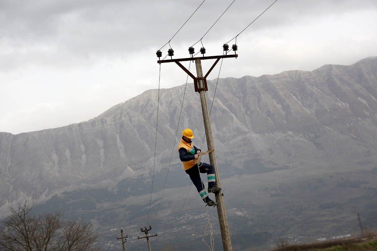 Dy elektriçistë në Gjirokastër bien në kontakt me energjinë elektrike