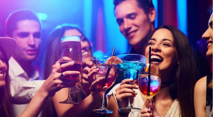 Në cilën kohë afrohen dy të panjohur duke pirë alkool
