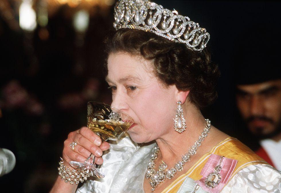 Mbretëresha Elizabeth lançon birrën e re në treg, në nder të Princit Philip