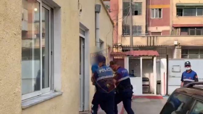 Tentoi të transportonte përtej kufirit 4 persona me dokumente false, arrestohet 34-vjeçarja në Durrës