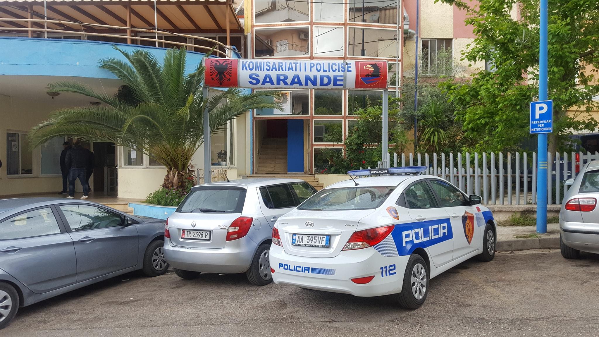 Digjet gjatës natës një automjet në Sarandë
