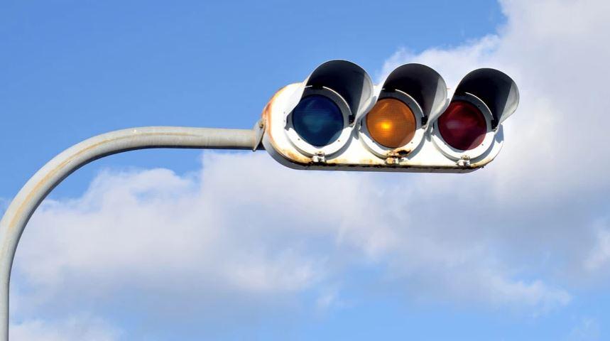 Arsyeja e çuditshme që semaforët në Japoni janë blu dhe jo jeshile