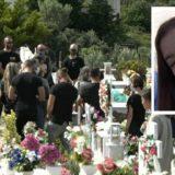 FOTO/ S'mban dot lotët, nëna e 20-vjeçares që u mbyt nga grabitësit, gati sa s'bie mbi varrin e të bijës