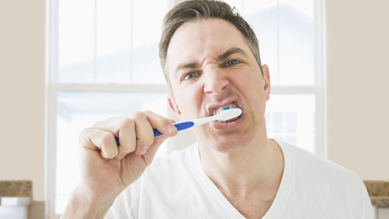 Çfarë harrojnë shumica e njerëzve të bëjnë kur lajnë dhëmbët