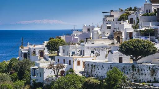 Greqia hap dyert për turistët në 15 maj, publikon listën e vendeve më të sigurta