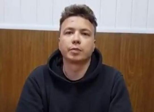 """""""Po më trajtojnë mirë"""", del videoja e gazetarit të arrestuar nga Bjellorusia """"duke pranuar krimet"""""""