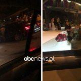 Aksident në Tiranë, makina hipën në trotuar, gati sa nuk futet në lokal