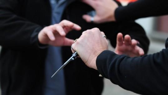 I riu me probleme mendore godet me thikë adoleshentin në Tiranë