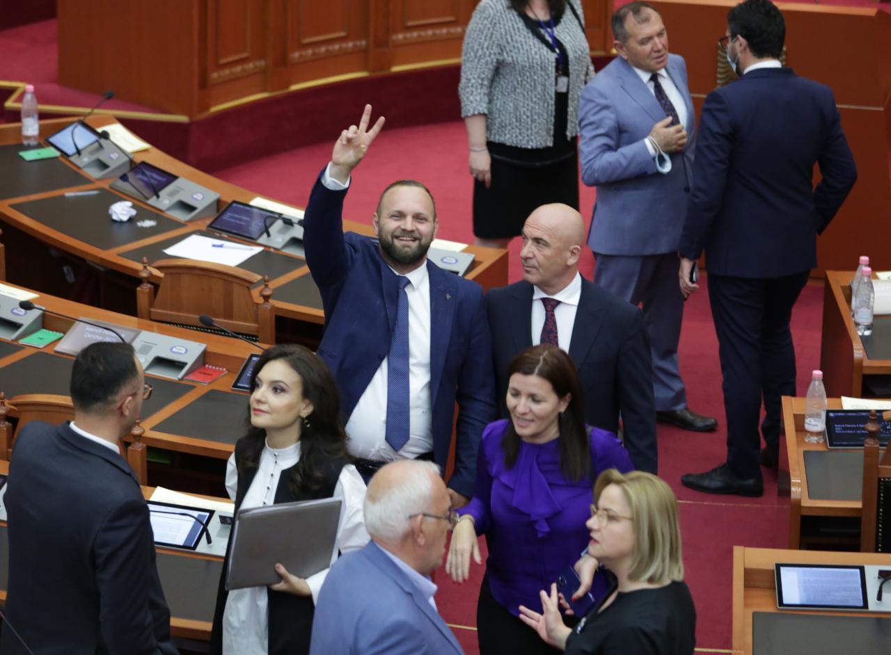 FOTO/ Deputetët të lumtur pas shkarkimit të Metës, Valteri pozon i qeshur me dy gishta