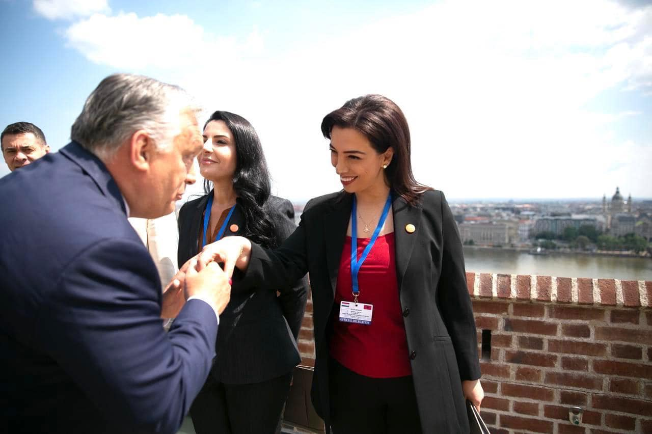 FOTO/ Kryeministri i Hungarisë përkulet dhe i puth dorën Evis Kushit