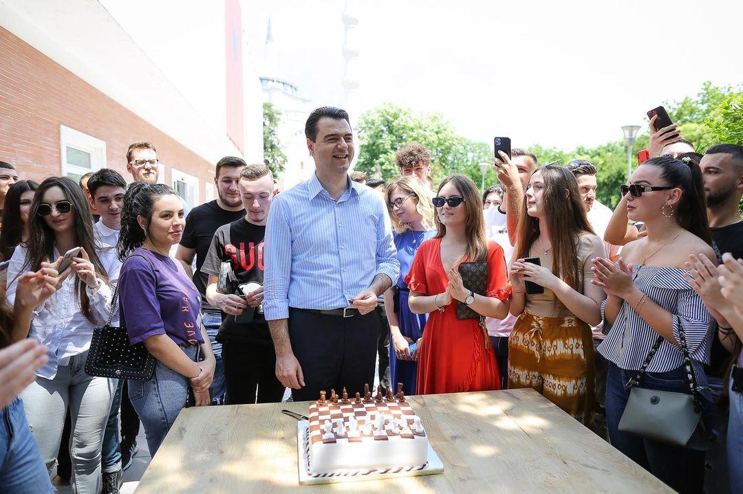 Vetëm 24 orë nga zgjedhjet për kryetar të PD, Basha merr surprizën për ditëlindje jashtë selisë blu