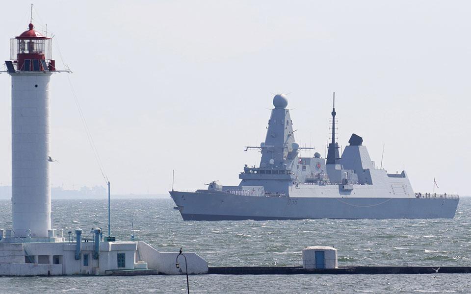 Bomba ruse në Detin e Zi, 20 avionë luftarakë rrethuan anijen britanike
