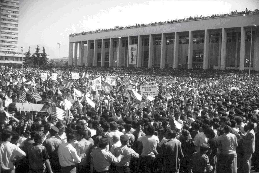 Sheshi plot, shpresa që solli James Baker: Unë i them popullit të Shqipërisë: Amerika po kthehet te ju