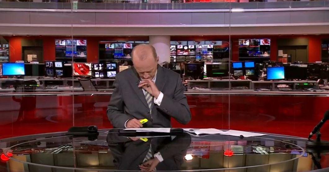 VIDEO/ Spikeri i BBC-së jep lajmet me pantallona të shkurtra, kamerat e fokusojnë gabimisht