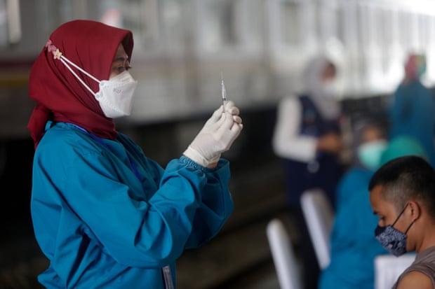 350 punonjës shëndetësorë në Indonezi infektohen me Covid pavarësisht vaksinimit