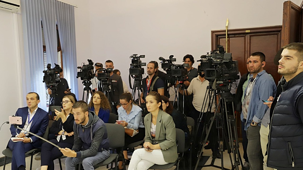 Mbylli dyert për gazetarët, Kuvendi i Shqipërisë: Prania e kamerave e kabllove nëpër korridore krijonte vështirësi