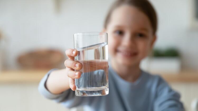 3 sëmundjet që ndodhin kur fëmijët nuk pinë mjaftueshëm ujë