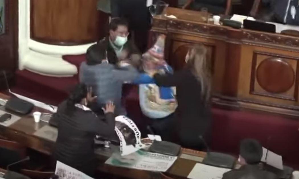 Çmenduri në parlamentin e Bolivisë, deputetët grushte dhe shkelma