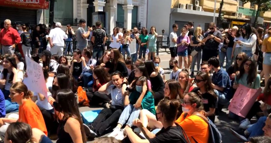 Math exam, high school seniors protest at the Ministry of Education
